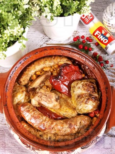 Коледна капама с постни сарми от кисело зеле и ориз, боб от консерва и три вида месо - свински гърди, пилешки бутчета и наденица - снимка на рецептата